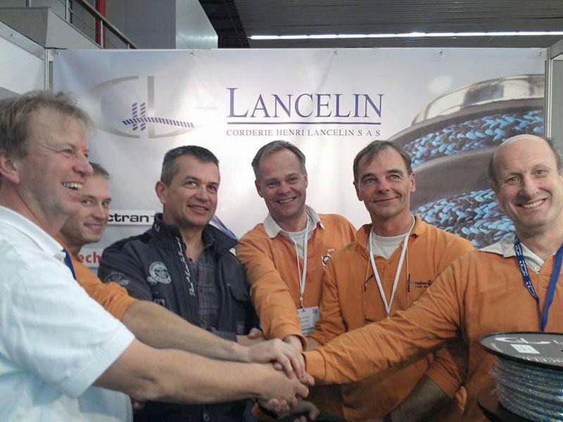 Nicolas Lancelin eigenaar van Lancelin en Pieter Kok van Rake Rigging overhandigen Team Redan nieuwe vallen met Dyneema SK99